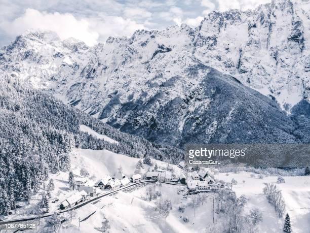 idyllisch winterlandschap van bovenaf - slovenië stockfoto's en -beelden