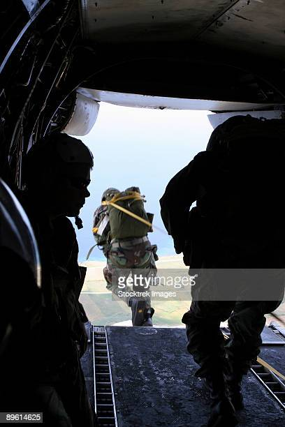 ie shima, okinawa, japan, august 11, 2005 - a u.s. army soldier performs a static-line jump from a ch-46e sea knight medium helicopter. - inside helicopter stock pictures, royalty-free photos & images