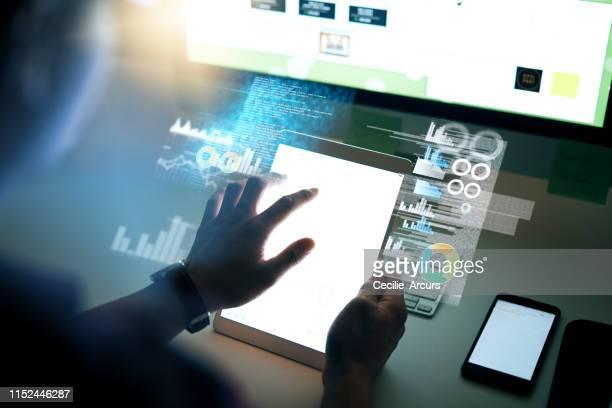 wenn es online ist, wird er es finden - berührungsbildschirm stock-fotos und bilder