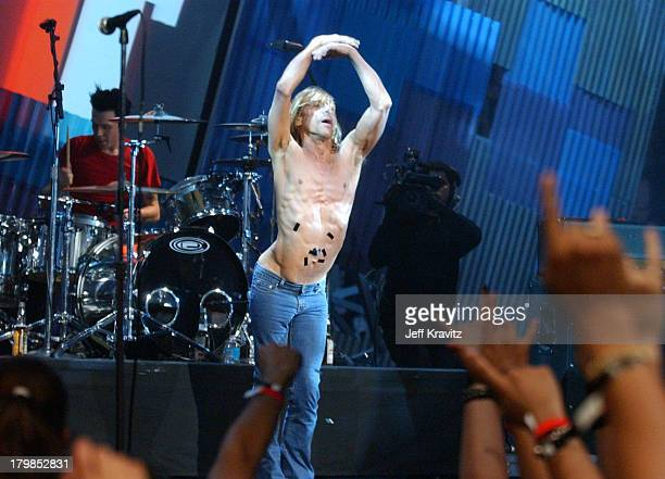 Iggy Pop performs Little Know It All with Sum 41