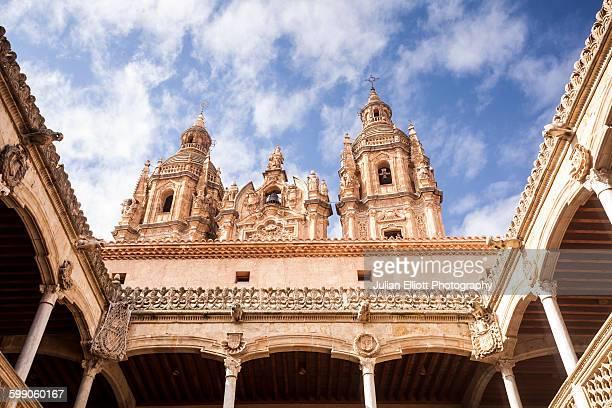 iglesia de la clerecia and casa de las conchas. - salamanca stock pictures, royalty-free photos & images