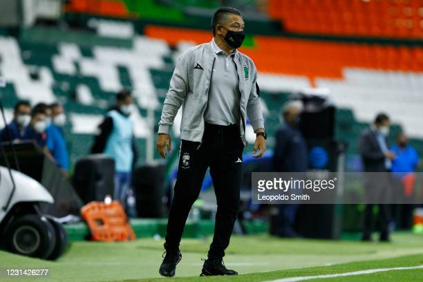 Ignacio Ambriz head coach of Leon looks on during the 8th round match between Leon and Cruz Azul as part of the Torneo Guard1anes 2021 Liga MX at...