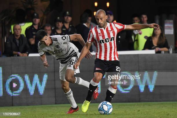 Ignacio Fernandez de River Plate fights for the ball with Javier Mascherano de Estudiantes during a match between Estudiantes and River Plate as part...
