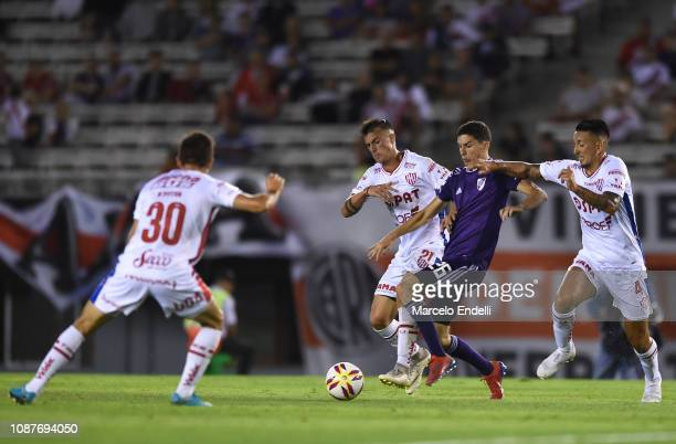 Ignacio Fernandez of River Plate competes for the ball with Damián Martínez of Union during a match between River Plate and Union as part of Round 12...