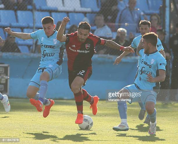Ignacio Scocco of Newell's Old Boys fights for the ball with Gonzalo Escobar and Adrian Arregui of Temperley during a match between Temperley and...