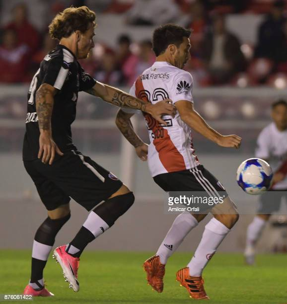 Ignacio Scocco of River Plate fights for the ball with Fernando Amorebieta of Independiente during a match between Independiente and River Plate as...