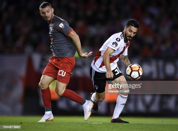 Ignacio Scocco of River Plate fights for the ball with Gaston Silva of Independiente during a quarter final second leg match of Copa CONMEBOL...