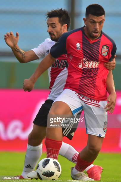 Ignacio Scocco of River Plate fights for the ball with Gonzalo González of Arsenal during a match between Arsenal and River Plate as part of...
