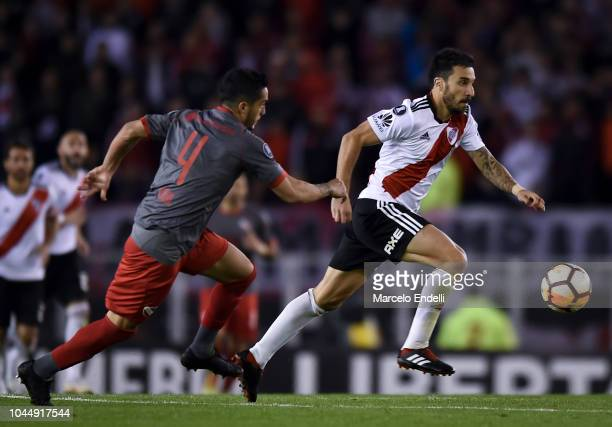 Ignacio Scocco of River Plate fights for the ball with Nicolas Figal of Independiente during a quarter final second leg match of Copa CONMEBOL...