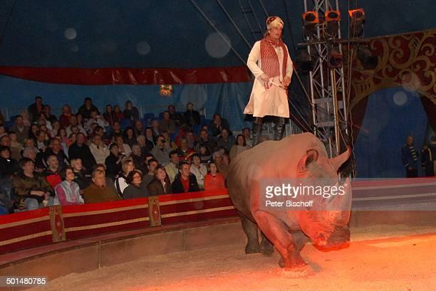 Ignat Ignatov mit Nashorn Circus BarumVorstellung Northeim Niedersachsen Deutschland Europa Zirkus Manege Tier stehen reiten Promi BB DIG PNr...