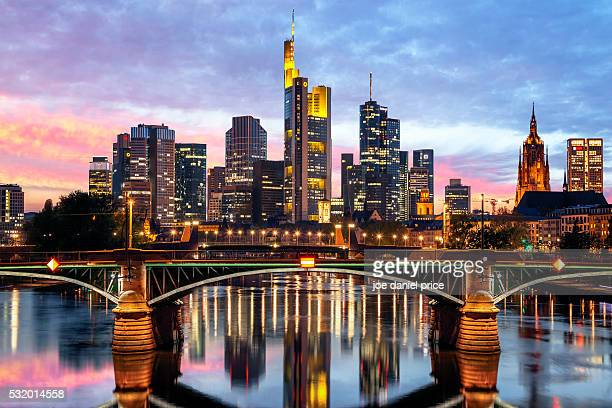 ignatz-bubis-brücke, frankfurt, skyline, sunset, hessen, germany - frankfurt stock-fotos und bilder