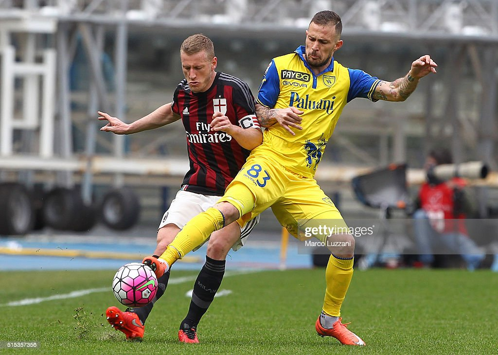 Ignazio Abate of AC Milan is challenged by Antonio Floro Flores of AC Chievo Verona during the Serie A match between AC Chievo Verona and AC Milan at Stadio Marc'Antonio Bentegodi on March 13, 2016 in Verona, Italy.