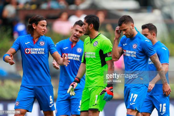 Igor Lichnovsky José Corona and Édgar Méndez of Cruz Azul talk during the 9th round match between Cruz Azul and Necaxa as part of the Torneo Clausura...