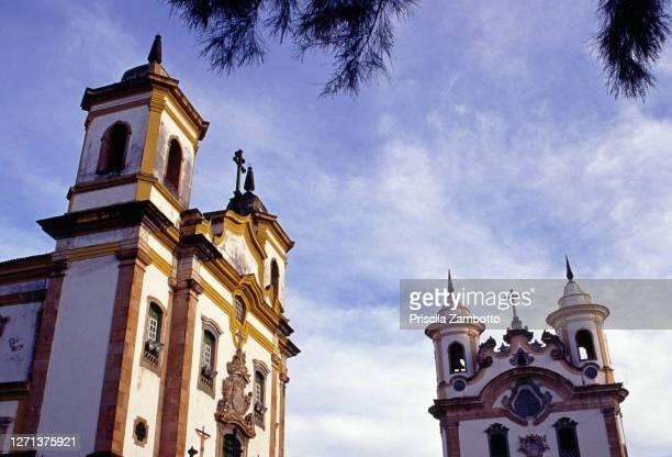 igreja são francisco assis (são francisco assis church) and igreja nossa senhora do carmo (nossa senhora do carmo church) . mariana, mg, brazil - assis ストックフォトと画像