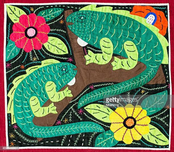 iguana mola - mola kuna fotografías e imágenes de stock