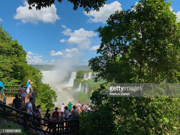 "iguazu falls (cataratas do iguaçu, brazil) observation platform with tourists - ""markus daniel"" stock-fotos und bilder"