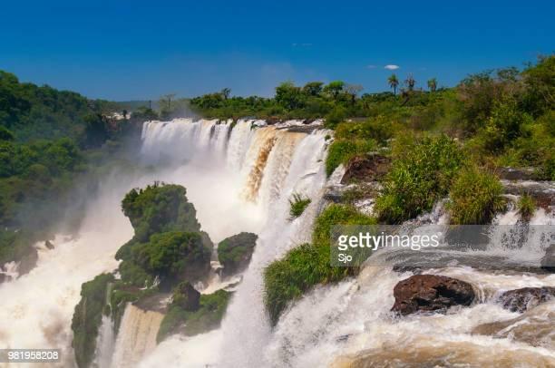 iguazu cai na fronteira da argentina e do brasil na américa do sul - grande - fotografias e filmes do acervo