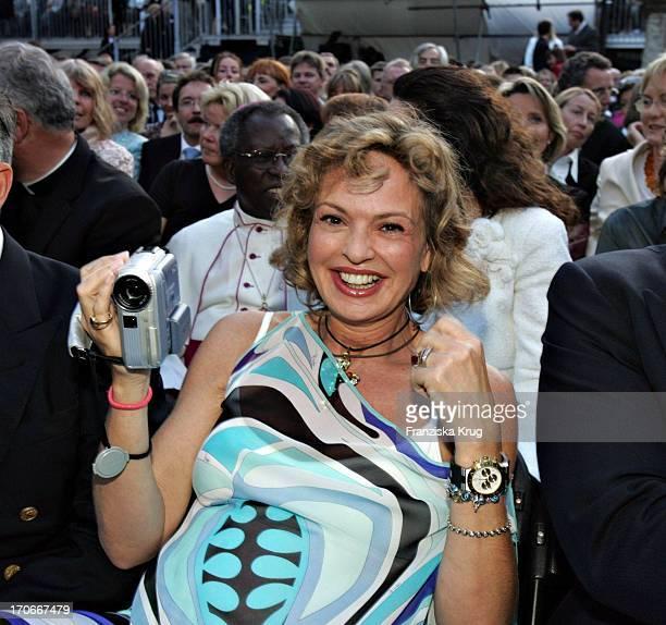 Ihre Durchlaucht Gräfin Maya Von Schönburg Glauchau Bei Der Festlichen Eröffnung Der Schlossfestspiele Auf Schloss Emmeram Mit Der Premiere Des...