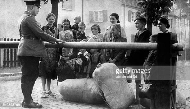 Reich, Flucht Volksdeutscher aus Polen , Sommer 1939: 'Der rettende Schlagbaum - Immer nochströmen Männer, Frauen und Kinder, diedem polnischen...