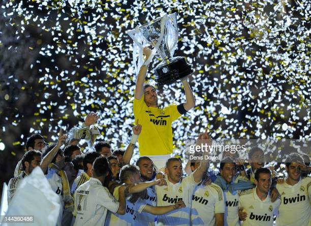 Iker Casillas of Real Madrid CF holds up the La Liga trophy as he celebrates with teammates after the La Liga match between Real Madrid CF and RCD...