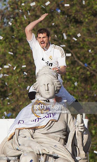 Iker Casillas of Real Madrid ties a banner around a statue in Plaza de Cibeles on May 3 in Madrid Spain Real Madrid are celebrating after winning the...