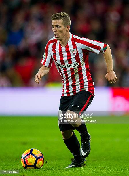 Iker Muniain of Athletic Club controls the ball during the La Liga match between Athletic Club Bilbao and SD Eibar at San Mames Stadium on December 4...