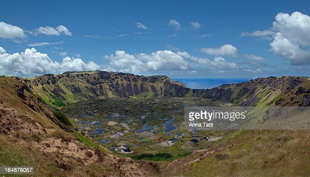 Il cratere del Vulcano spento Rano Kau, nel villaggio cerimoniale di Orongo, con i sui 1600 Mt di diametro e 200 Mt di profondità, costituisce la più...