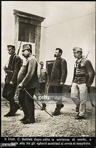 Il Dott. C. Battisti dopo udita la sentenza di morte, a testa alta fra gi sgherri austriaci si avvia al supplizio