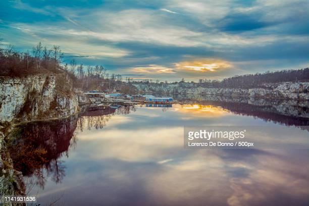 il lago era immerso nel silenzio - kraków ストックフォトと画像