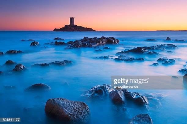 ile d'or island at sunset, le dramont, cote d'azur, france - ile de france stockfoto's en -beelden