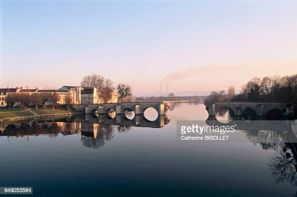 Yvelines, the Medieval bridge between Mantes-la-Jolie and Limay inspired many painters, including Corot. Ile-de-France: Yvelines, le pont médiéval...