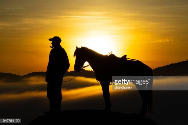 ilhouette of unidentified local people or bromo horseman pose for camera at the mountainside of mount bromo, semeru, tengger national park, indonesia. - shaifulzamri 個照片及圖片檔