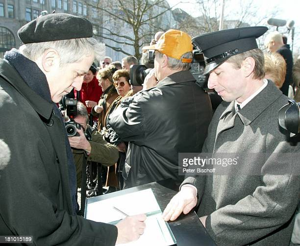 Ilja Richter beim Eintrag ins Kondolenzbuch Trauerfeier für Horst Buchholz Trauergottesdienst KaiserWilhelmGedächtnisKirche Berlin Deutschland Europa