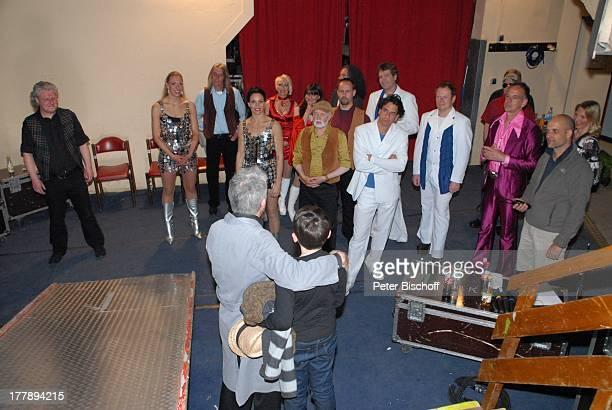 Ilja Richter mit Sohn Kolja Tänzerinnen Musiker Musikgruppe ShowBand 'Night Fever' mit Anja Bublitz und Isobel Davies dahinter Chris Andrews Eheofrau...