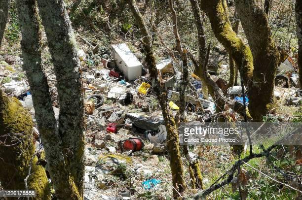 illegal landfill inside a forest in the cantabrian range (spain) - kontaminierung stock-fotos und bilder