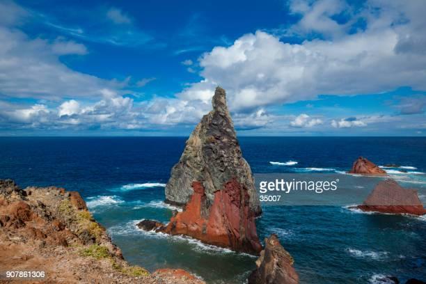 illheus da costela formações rochosas na costa do penhasco da ribeira da janela, madeira, portugal - arquipélago - fotografias e filmes do acervo