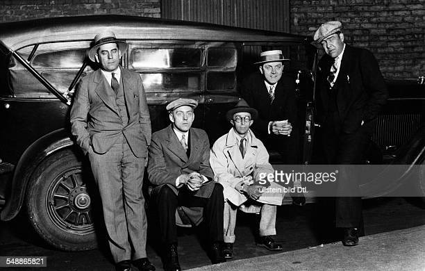 USA Illinois Chicago Abbe James Photographer USA *17071883 Visiting Chicago Abbe with members of the Chicago detective headquarters from left Tony...