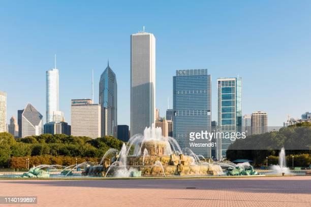 usa, illinois, chicago, skyline, millenium park with buckingham fountain - millenium park bildbanksfoton och bilder