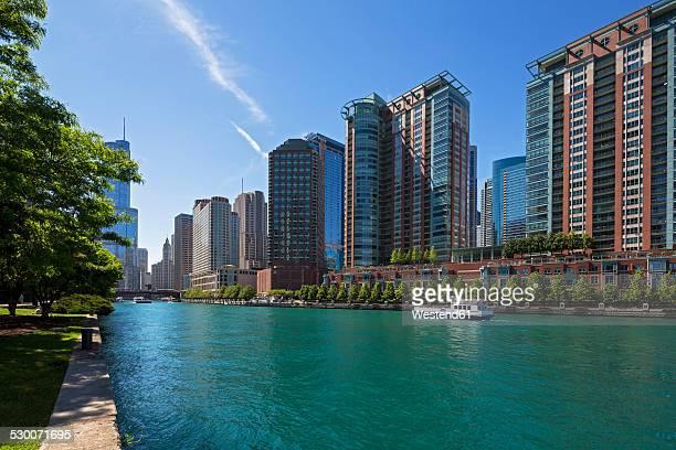 USA, Illinois, Chicago, Tourboat on Chicago River
