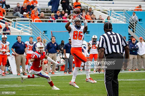 Illinois Fighting Illini wide receiver Malik Turner makes a catch during the Zaxby's Heart of Dallas Bowl between the Illinois Fighting Illini and...