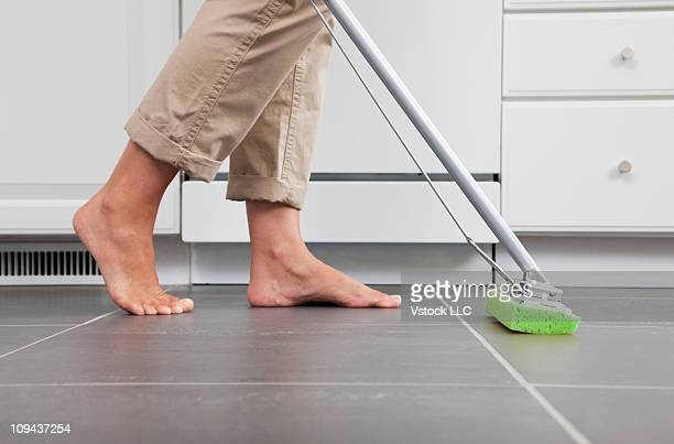 usa, illinois, metamora, housewife mopping kitchen floor - pieds nus photos et images de collection