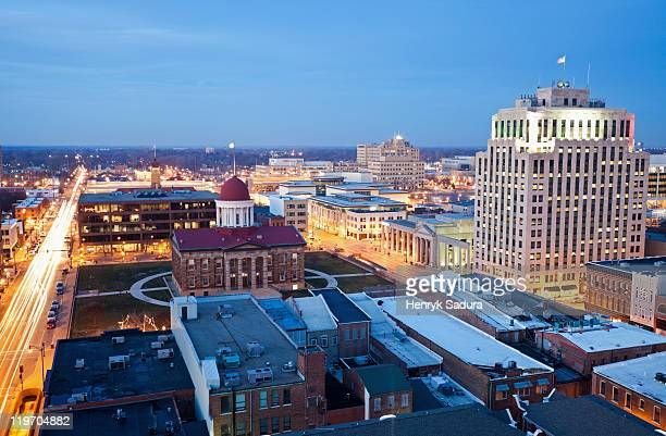 usa, illinois, springfield, city illuminated at dusk - illinois photos et images de collection