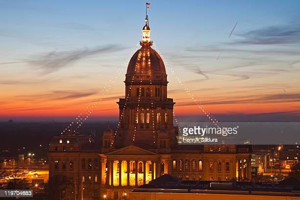 usa, illinois, springfield, state capitol building illuminated at sunset - スプリングフィールド ストックフォトと画像