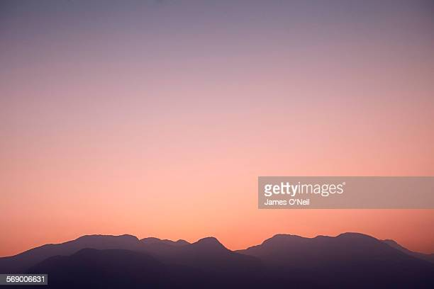 illistrative mountains at sunset - sonnenuntergang stock-fotos und bilder