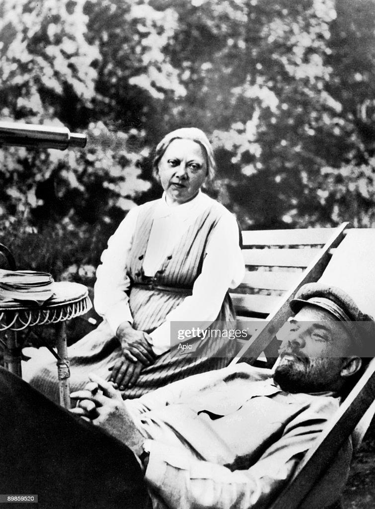 Illitch Vladimir Ulyanov Lenin (1870-1924) Russian politician here with his wife Krupskaya a Nadedja Gorki August-September 1922 - Russian political leader Lenin with his wife, Nadezhda Krupskaya, at the Gorky villa in August-September 1922