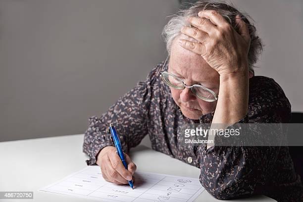 Analfabetos mujer escribir de aprendizaje