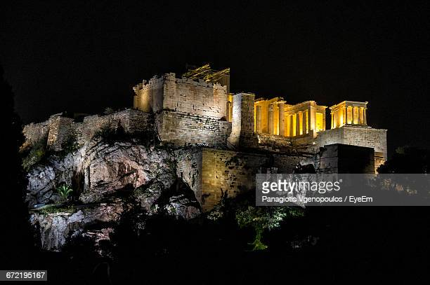 illuminated acropolis of athens at night - vgenopoulos stock pictures, royalty-free photos & images