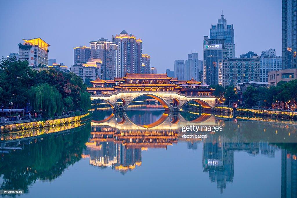 Illuminated Anshun Bridge with reflection, Chengdu : ストックフォト