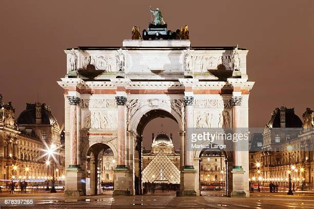 illuminated arc de triomphe du carousel and louvre museum with pyramid at night, paris, ile de france, france, europe  - arc de triomphe du carrousel stock photos and pictures