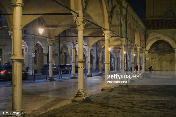 illuminated arches and steel coloumns of a square at night - emreturanphoto stock pictures, royalty-free photos & images
